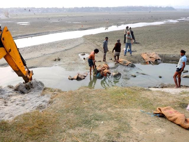 Authorities-retrieve-bodies-from-Ganga-river-Amit-Yadav-HT-Photo