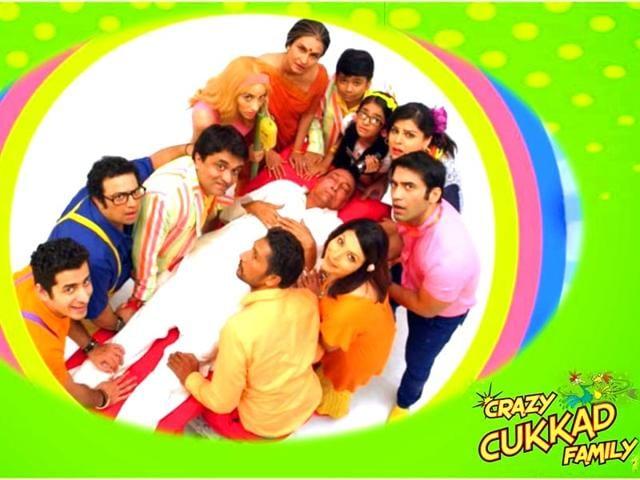 Prakash-Jha-s-production-Crazy-Cukkad-Family-features-Swanand-Kirkire-Shilpa-Shukla-Zachary-Coffin-Nora-Fatehi-Kushal-Punjabi-Jugnu-Ishiqui-and-Anushka-Sen-in-lead-roles-The-film-hits-theatres-on-January-16