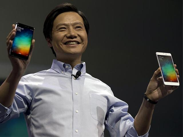 Lei-Jun-chairman-of-Chinese-smartphone-maker-Xiaomi-holds-up-the-latest-models-of-the-Xiaomi-Note-at-a-press-event-in-Beijing-Photo-AP