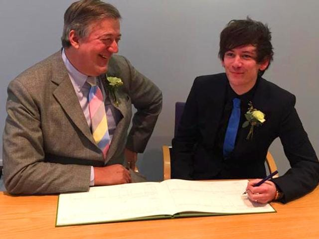 Stephen-Fry-and-Elliott-Spencer-signing-their-marriage-papers-Source-Twitter
