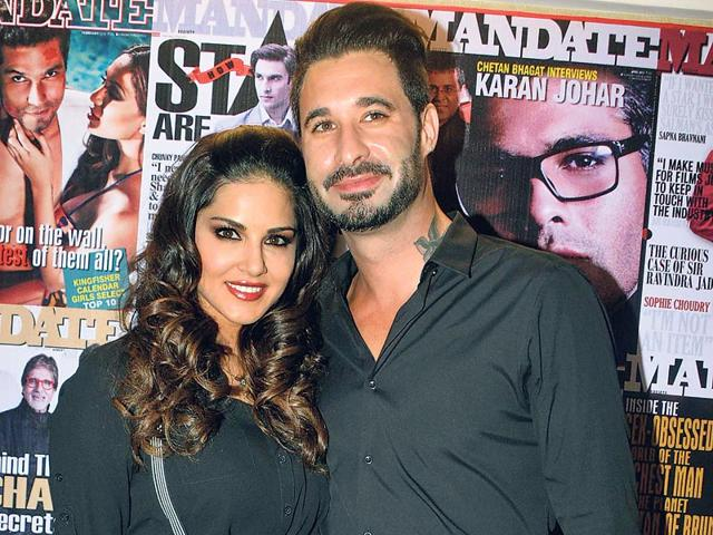 Sunny-Leone-poses-for-the-shuterbugs-along-with-husband-Daniel-Weber-Photo-Viral-Bhayani