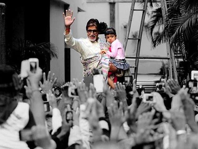 Amitabh-Bachchan-with-Aaradhya-outside-Jalsa
