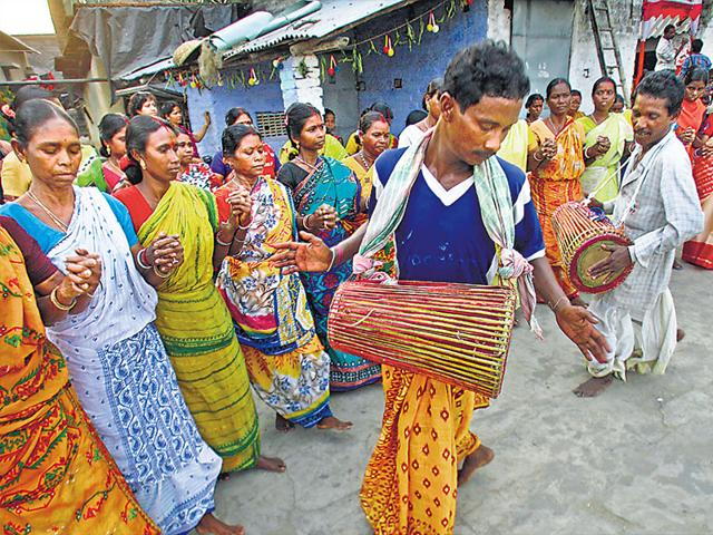 Santhal-tribe-members-dance-during-a-marriage-ceremony-Kolkata-The-Santhals-found-mainly-in-West-Bengal-Bihar-Jharkhand-and-Odisha-are-a-tribal-ethnic-group-with-their-own-religion-and-culture-Reuters-Photo