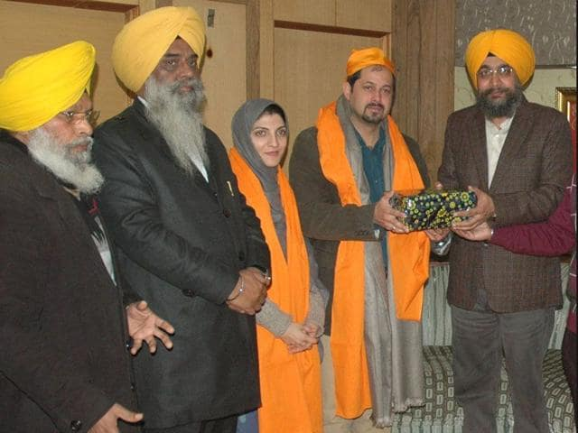 Pakistan-National-Assembly-member-Isphanyar-M-Bhandara-and-his-wife-Jasmeen-being-honoured-by-the-Shiromani-Gurdwara-Parbandhak-Committee-officials-during-the-couple-s-visit-to-the-Golden-Temple-in-Amritsar-on-Tuesday-HT-photo