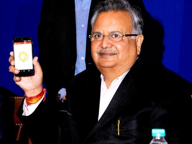 Chhattisgarh-chief-minister-Raman-Singh-launching-the-mobile-app-Chhattisgarh-Jansampark-HT-Photo
