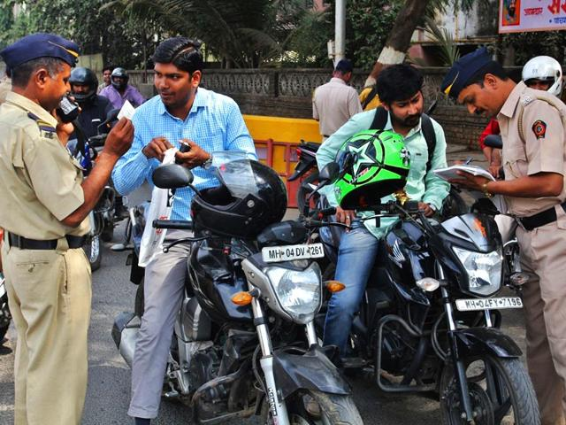 Mumbai-Police-increased-checking-at-various-places-after-the-IB-issued-a-terror-alert-in-the-coastal-city-Praful-Gangurde-HT-Photo
