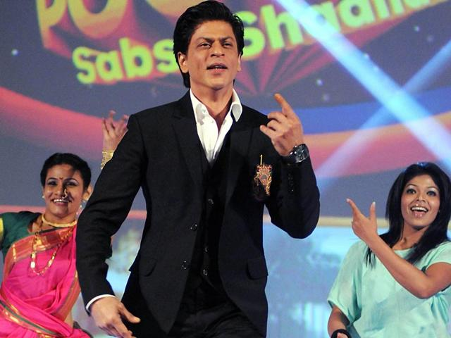 Bollywood-actor-Shah-Rukh-Khan-shakes-a-leg-at-the-launch-of-the-new-Hindi-general-entertainment-television-channel-amp-TV-and-its-flagship-show-Poochega-Sabse-Shaana-Kaun-in-Mumbai-on-January-21-2015-AFP-Photo