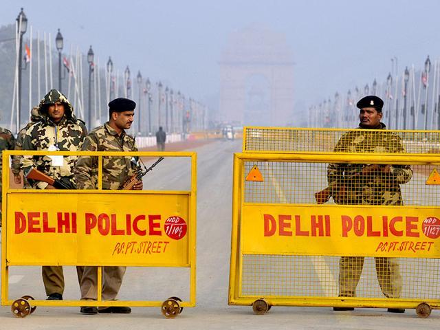 Paramilitary-soldiers-stand-guard-at-Rajpath-in-New-Delhi-Sanjeev-Verma-HT-Photo