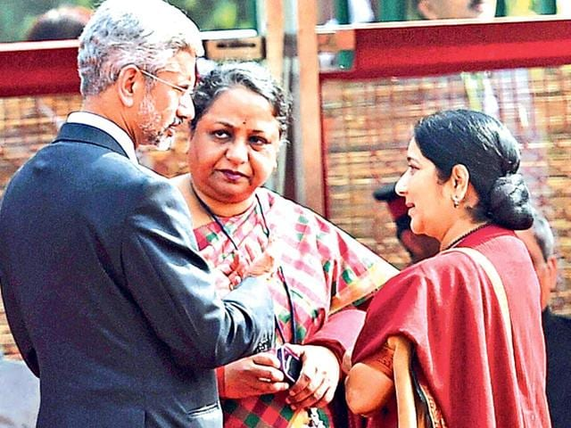 External-affairs-minister-Sushma-Swaraj-with-Sujatha-Singh-and-S-Jaishankar-during-a-ceremonial-reception-to-US-President-Barack-Obama-at-Rashtrapati-Bhavan-in-New-Delhi-Singh-was-recently-removed-from-the-position-of-foreign-secretary-Jaishankar-was-appointed-in-her-place-PTI-Photo