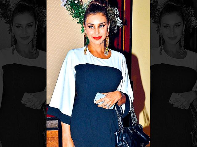 Lisa-Ray-added-colour-to-her-black-n-white-shy-jumpsuit-with-a-bright-lip-colour-and-jazzy-danglers-Photo-Fotocorp