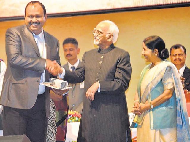 Ashraf-Thamarasserry-receives-the-Pravasi-Bharatiya-Samman-or-Overseas-Indian-Award-from-vice-president-Hamid-Ansari