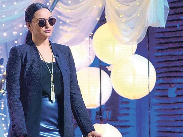 Sonakshi-Sinha-on-the-set-of-a-reality-TV-show