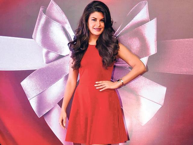 My-headgear-isn-t-it-cool-Jacqueline-Fernandez-seems-to-be-asking-Photos-Viral-Bhayani