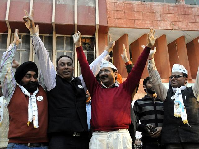Aam-Aadmi-Party-s-AAP-Arvind-Kejriwal-along-with-his-wife-and-party-leaders-Kumar-Vishwas-Ashutosh-Ashish-Khetan-Sanjay-Singh-after-majority-win-for-Delhi-Assembly-Election-Photo-by-Ajay-Aggarwal-Hindustan-Times