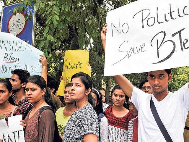 Hundreds-of-BTech-students-of-DU-colleges-had-in-June-2014-demanded-clarity-on-the-validity-of-their-courses