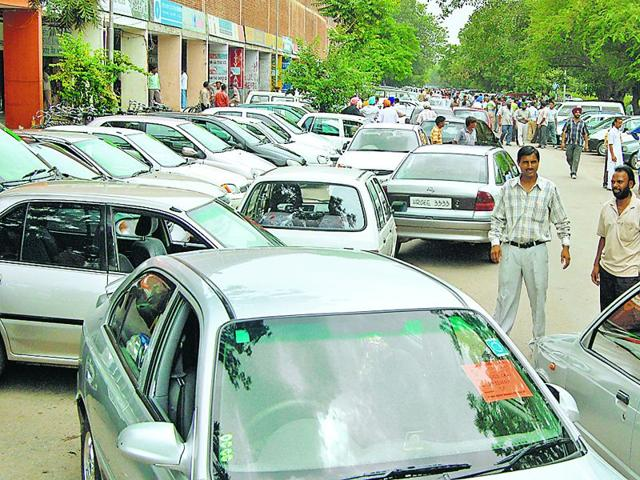 Close-to-400-vehicles-are-packed-at-the-Sector-7-market-along-Madhya-Marg-for-the-car-bazaar-every-Sunday-HT-Photo