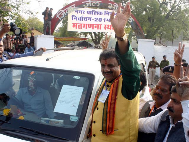 BJP-s-Alok-Sharma-waves-to-his-supporters-after-he-was-elected-the-mayor-of-Bhopal-on-Wednesday-Bidesh-Manna-HT-photo
