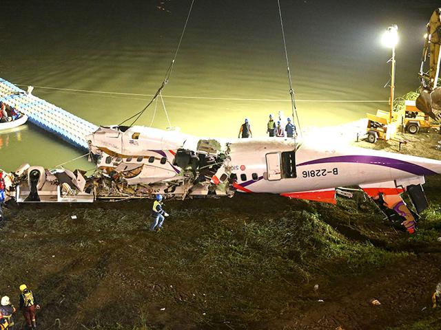 Rescuers-check-the-wreckage-of-the-TransAsia-ATR-72-600-on-the-Keelung-river-at-New-Taipei-City---AFP-Photo