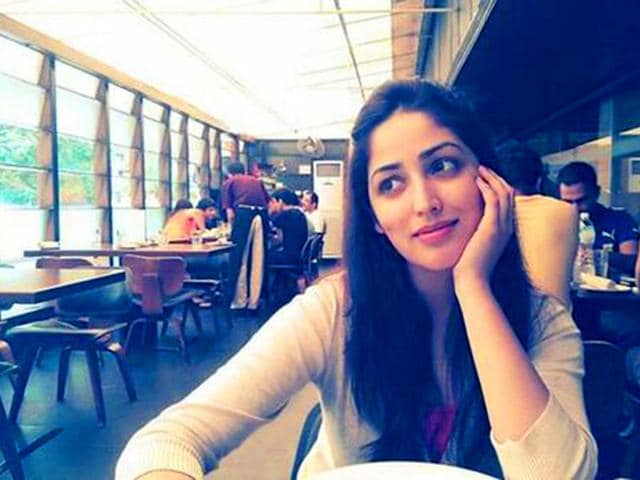 According-to-Varun-Dhawan-his-co-star-Yami-Gautam-is-one-of-the-prettiest-actors-without-make-up-We-couldn-t-agree-more