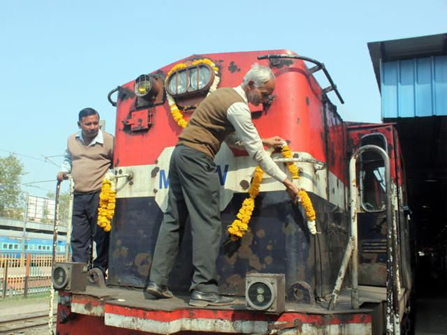 Railway-employees-bid-farewell-to-YDM4-locomotive-that-ran-on-Indore-Akola-metre-gauge-for-more-than-three-decades-on-Friday-Shankar-Mourya-HT-photo