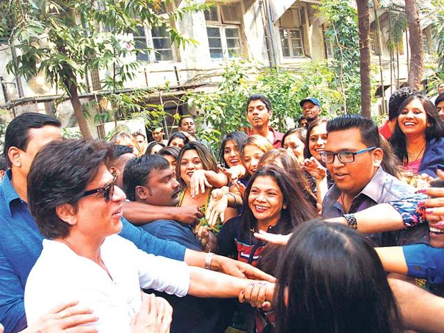 Shah Rukh Khan mobbed by fans outside a Mumbai studio where he had gone to shoot for a TV show. (Photo: Viral Bhayani)