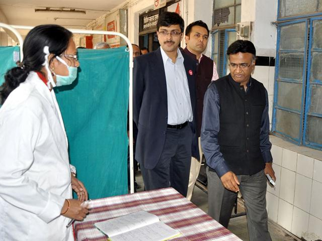 Principal-secretary-health-Pravir-Krishn-accompanied-by-district-administration-officials-inspects-a-government-hospital-in-Indore-on-Tuesday-Shankar-Mourya-HT-photo