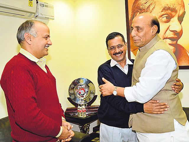 Union-home-minister-Rajnath-Singh-greets-Delhi-chief-minister-designate-Arvind-Kejriwal-as-AAP-leader-Manish-Sisodia-looks-on-during-a-meeting-at-the-former-s-residence-in-New-Delhi-on-Wednesday-HT-Photo