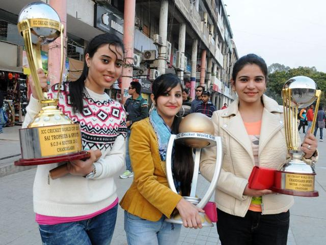 Girls-holding-wooden-replicas-of-the-Cricket-World-Cup-trophy-in-Chandigarh-s-Sector-17-Sanjeev-Sharma-HT