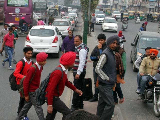 Passengers-putting-their-lives-in-danger-as-they-cross-the-road-near-the-main-bus-stand-in-Ludhiana--JS-Grewal-HT