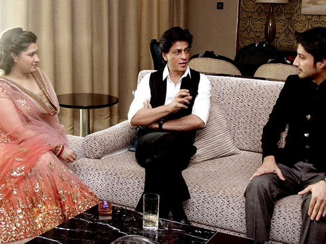 Shah Rukh Khan meets with newly-wedded couple, designer Manali Jagtap (L) and Vicky Shoor (R) in Mumbai on February 11, 2015. (AFP Photo)