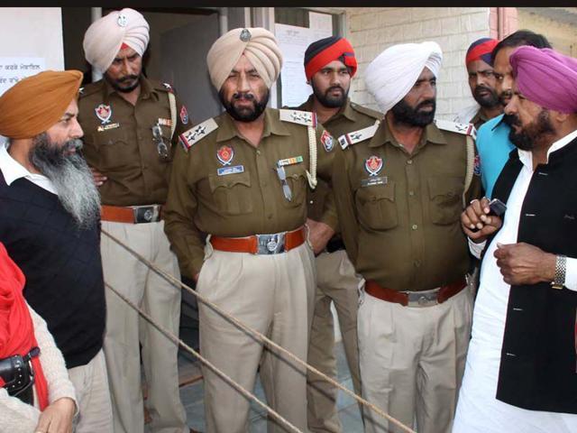 District-Congress-president-Joginder-Singh-talking-to-policemen-HT-Photo