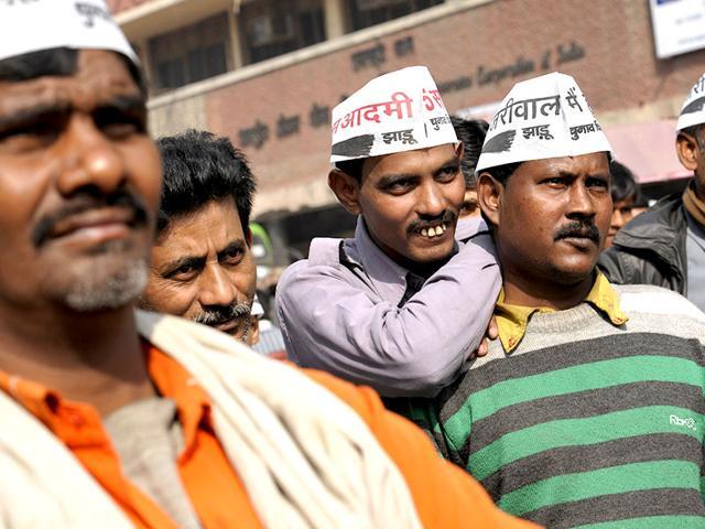 People look at the screens installed near Ramlila Maidan for Kejriwal's swearing-in ceremony. (HT photo/Saumya Khandelwal)