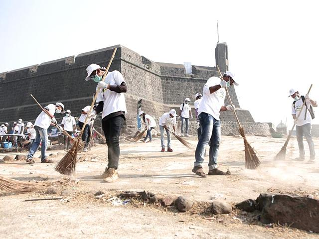 Around-240-students-armed-with-gloves-masks-and-garbage-bags-got-busy-sweeping-up-the-Worli-fort-in-Mumbai-as-a-part-of-the-Hindustan-Times-Clean-My-Mumbai-initiative-HT-photo