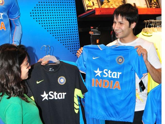 -Youngsters-trying-out-jerseys-in-city-store-Ravi-Kumar-HT