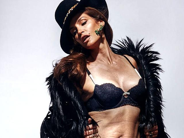 Cindy-Crawford-in-a-hot-bikini-photoshoot
