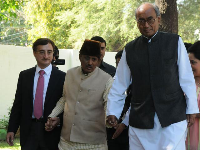AICC-general-secretary-Digvijaya-Singh-arrives-at-the-office-of-Special-Investigation-Team-in-connection-with-PEB-scam-in-Bhopal-on-Monday-Mujeeb-Faruqui-HT-photo