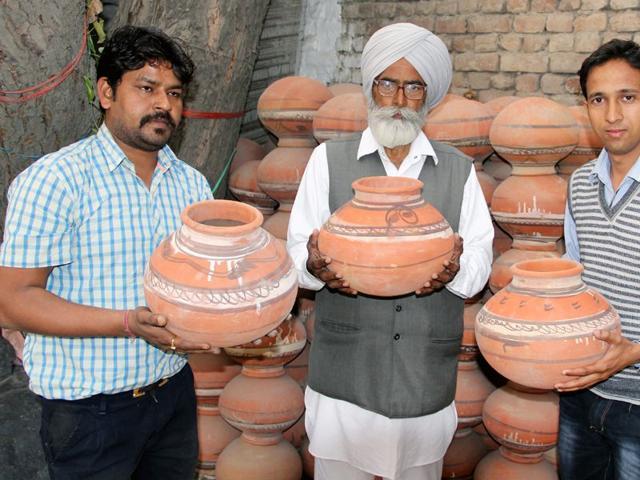 Independent-candidate-Bhola-Ram-Kumhar-shows-his-election-symbol-Pitcher-Sanjeev-Kumar-HT-