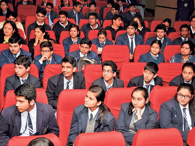 Students-listen-to-counsellors-and-study-experts-with-rapt-attention