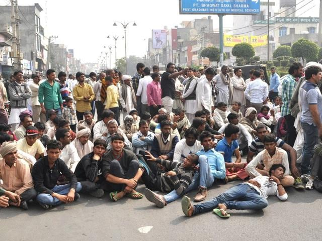 Deceased-Mukesh-Kumar-s-kin-staging-a-protest-in-Rohtak-on-Thursday-Manoj-Dhaka-HT