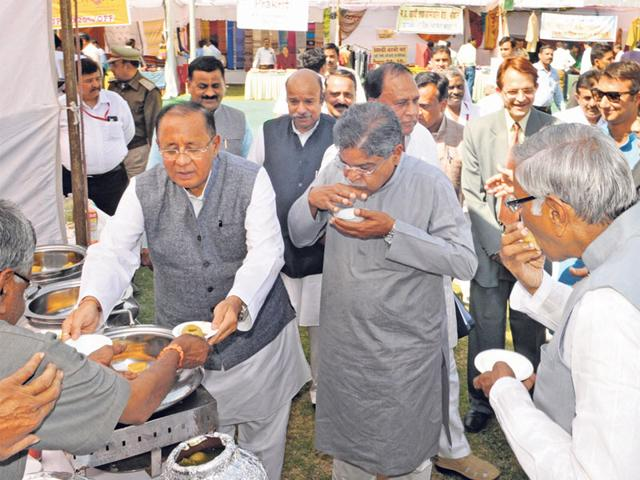 Speaker-Sitasharan-Sharma-Gauri-Shankar-Shejwar-and-other-ministers-enjoy-a-savory-gol-gappe-inside-the-Assembly-premises-in-Bhopal-on-Thursday-The-House-was-adjourned-in-the-afternoon-for-15-minutes-over-the-MPPEB-scam-Praveen-Bajpai-HT-photo