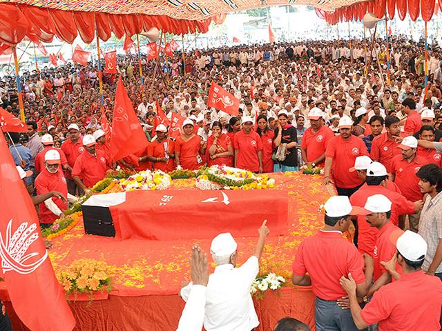 Supporters-gather-at-CPI-leader-Govind-Pansare-s-funeral-in-Kolhapur-HT-photo