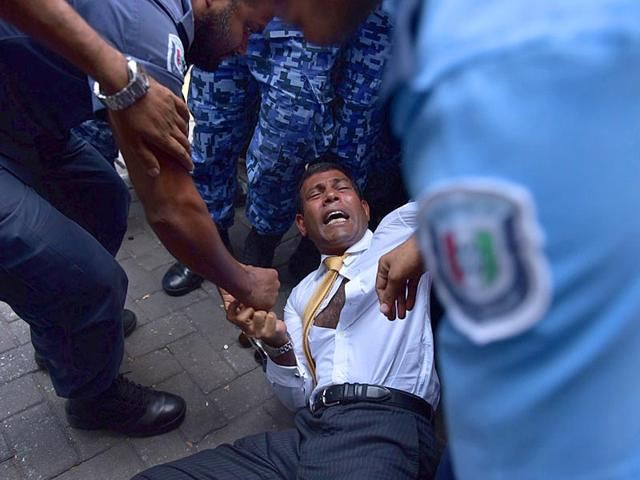 Maldives-police-try-to-move-former-president-Mohamed-Nasheed-during-a-scuffle-as-he-arrives-at-a-courthouse-in-Male-AFP-Photo