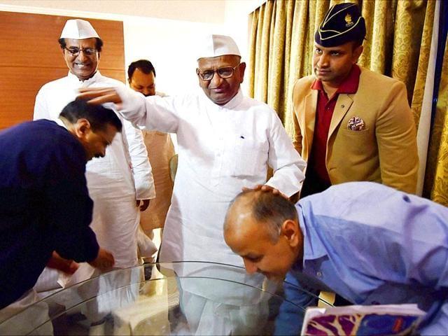 Delhi-chief-minister-Arvind-Kejriwal-and-his-deputy-Manish-Sisodia-with-social-activist-Anna-Hazare-at-Maharashtra-Sadan-in-New-Delhi-PTI-Photo