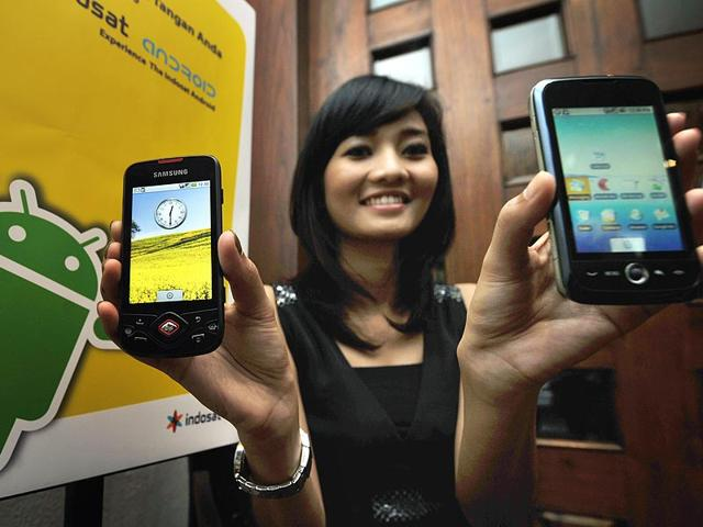 A-model-displays-smartphones-with-Google-s-mobile-operating-system-Android-Photo-AFP