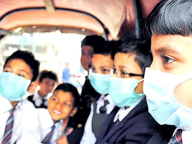 Students-protecting-themselves-by-wearing-anti-pollution-mask