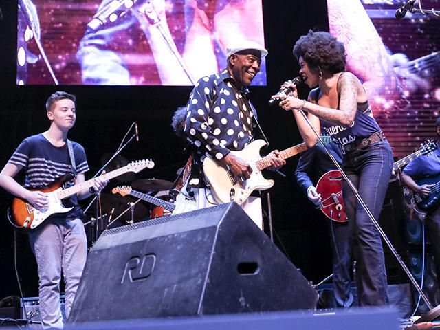 L-R-Quinn-Sullivan-Buddy-Guy-and-Nikki-Hill-at-the-all-star-jam-at-Mahindra-Blues-Festival-2015-Photo-HT