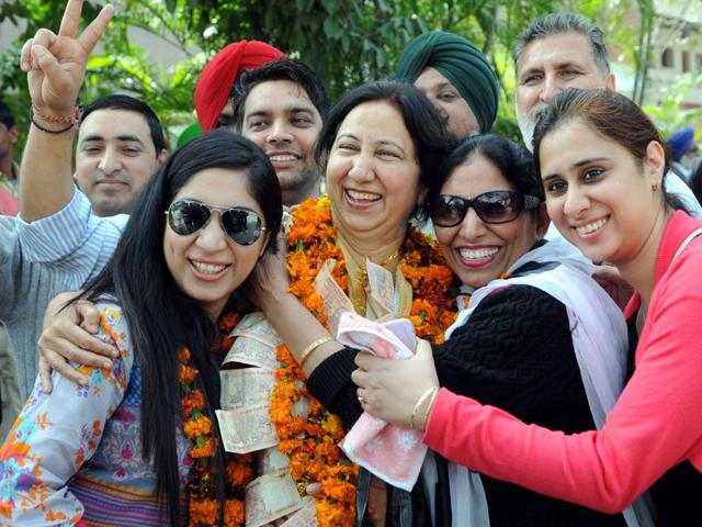 Independent-candidate-from-ward-number-29-Amteshwar-Kaur-centre-celebrating-her-victory-with-supporters-in-Phase-6-SAS-Nagar-She-won-by-three-votes-Gurminder-Singh-HT