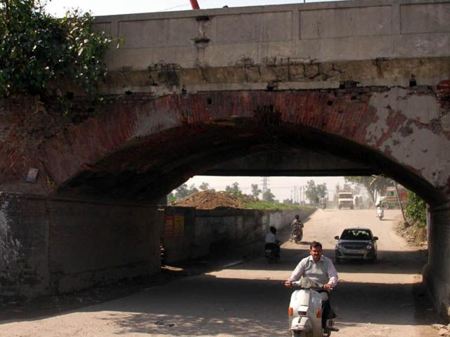 Broken-portion-of-the-bridge-over-Buddha-Nullah-in-Ludhiana-JS-Grewal-HT