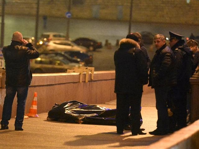 Investigators-gather-near-the-covered-body-of-Boris-Nemtsov-in-central-Moscow-Reuters
