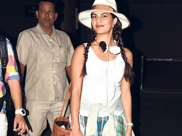 Jacqueline Fernandez was spotted at the Mumbai airport after returning from Bangkok, Thailand. (Photo: Viral Bhayani)